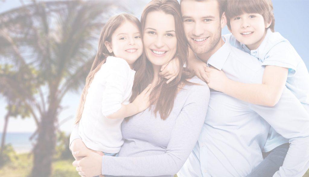 família feliz com a empresa de seguros