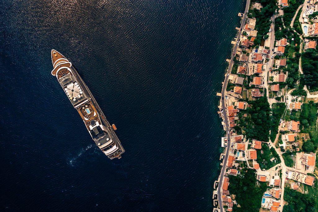 Vista aérea de cruzeiro em mar